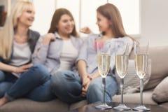 Trois jeunes amis féminins buvant du champagne Images libres de droits