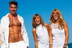 Trois jeunes amis heureux à l'extérieur. Image libre de droits