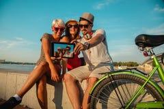 Trois jeunes amis prenant Selfie Photos libres de droits