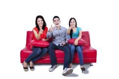 Trois jeunes amis se dirigeant à l'appareil-photo Photos libres de droits