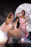 Trois jeunes belles femmes et le grand parapluie photo libre de droits