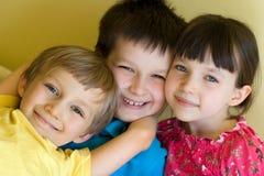 Trois jeunes enfants de mêmes parents heureux Photos libres de droits