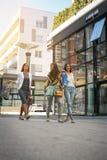 Trois jeunes femmes à la mode flânant avec des paniers Image libre de droits