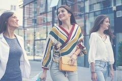 Trois jeunes femmes à la mode flânant avec des paniers Wome Images libres de droits