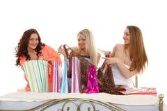 Trois jeunes femmes avec des achats. Achat. Image libre de droits