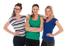 Trois jeunes femmes décontractées posant ensemble Images stock