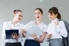 Trois jeunes femmes d'affaires Images stock