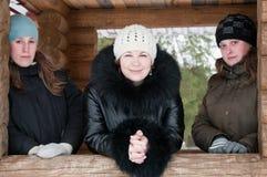 Trois jeunes femmes dans des vêtements de l'hiver Photographie stock