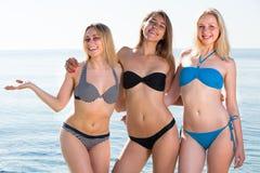 Trois jeunes femmes dans le bikini sur la plage Images libres de droits