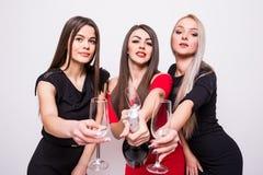 Trois jeunes femmes de sourire célébrant et champagne ouvert sur la partie Photo libre de droits