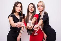 Trois jeunes femmes de sourire célébrant et champagne ouvert sur la partie Photos libres de droits