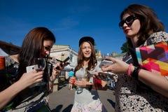 Trois jeunes femmes mignonnes avec des verres de vin Photos libres de droits
