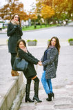 Trois jeunes filles attirantes ayant l'amusement prenant des photos ensemble sur la promenade de ville Un mode de vie Photographie stock