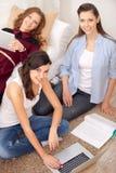 Trois jeunes filles avec un ordinateur portable Photographie stock