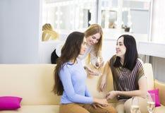 Trois jeunes filles célébrant avec le champagne Photographie stock