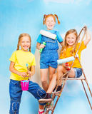 Trois jeunes filles dans la perspective de mur image stock
