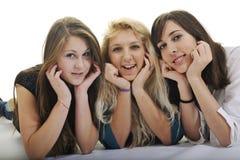 Trois jeunes filles heureuses d'isolement sur le blanc Images libres de droits