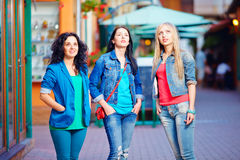Trois jeunes filles se tiennent tranquilles dans la stupéfaction, regardant vers le haut Photographie stock