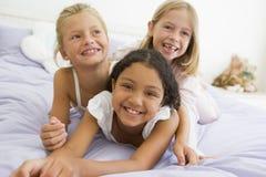Trois jeunes filles se trouvant sur l'un l'autre Photos libres de droits