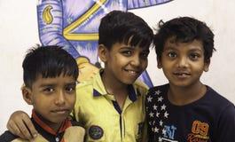 Trois jeunes garçons indiens complètement de bonheur Photos stock
