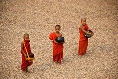 Trois jeunes moines images stock