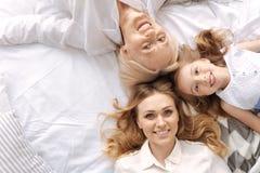 Trois jolies femelles formant une triangle avec leurs têtes Photographie stock libre de droits