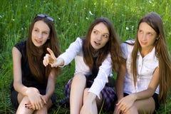 Trois jolies filles d'étudiant en stationnement Images libres de droits