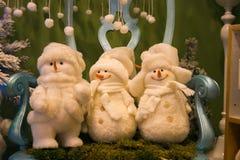 Trois jouets de bonhomme de neige sur la chaise Images stock