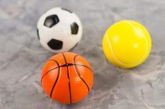 Trois le nouveaux football et basket-ball et balles de tennis en caoutchouc mous sous la forme de triangle photographie stock libre de droits