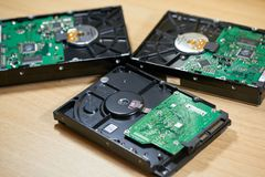 Trois lecteurs de disque dur démontés de SATA Images libres de droits