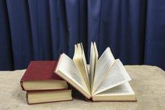 Trois livres sur un fond bleu Images libres de droits