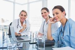 Trois médecins de sourire de femmes Photo libre de droits