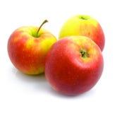 Trois mûrs par des pommes d'isolement photos stock