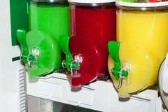 Trois machines moites de jus dans l'action Distributeur congelé de boissons Photographie stock