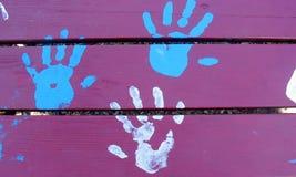 Trois mains, bleus et blancs Photo libre de droits