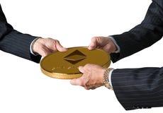 Trois mains de commerçants tenant la grande pièce de monnaie d'éther ou d'ethereum photographie stock libre de droits