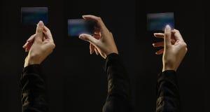 Trois mains femelles tenant des cartes de crédit, complètent allumé images stock