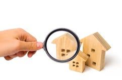 Trois maisons en bois sur un fond d'isolement blanc Concept 6 d'immeubles Recherche et vente du logement Louez une maison et un a photos stock