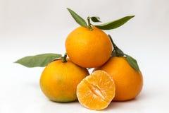 Trois mandarines et moitiés épluchées Photos libres de droits