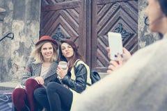 Trois meilleurs amis appréciant après l'achat Photographie stock