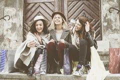 Trois meilleurs amis appréciant après l'achat Image libre de droits