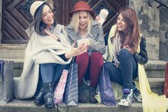 Trois meilleurs amis appréciant après l'achat Se reposer de jeunes filles Images stock