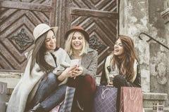 Trois meilleurs amis appréciant après l'achat Se reposer de jeunes filles Photos libres de droits