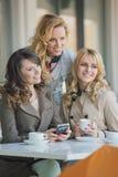 Trois meilleurs amis dans le café Image libre de droits