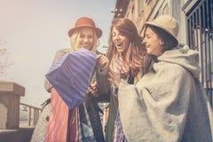 Trois meilleurs amis dans les achats Photos libres de droits