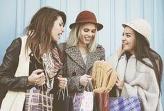 Trois meilleurs amis dans les achats Photo stock