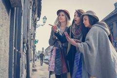Trois meilleurs amis dans les achats Photos stock
