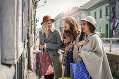 Trois meilleurs amis dans les achats Regardez le beau morceau de filles Images stock