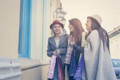Trois meilleurs amis dans les achats Regardez le beau morceau de filles Photographie stock