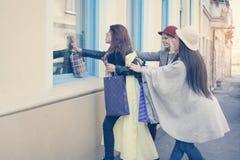 Trois meilleurs amis dans les achats Regardez le beau morceau de filles Photographie stock libre de droits